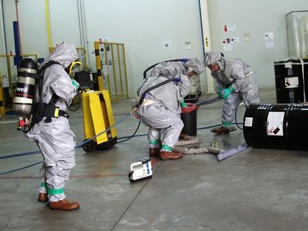 Rayong Thaïlande, 09 février 2018: Équipe d'urgence portant une combinaison de protection contre les produits chimiques pour travailler dans des produits chimiques dangereux en usine