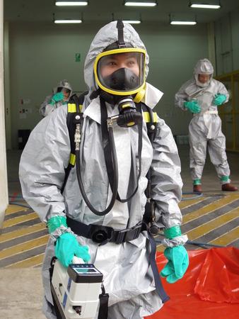 Rayong Thaïlande, 09 février 2018: Équipe d'urgence portant une combinaison de protection contre les produits chimiques pour le travail dans un produit chimique dangereux en usine.