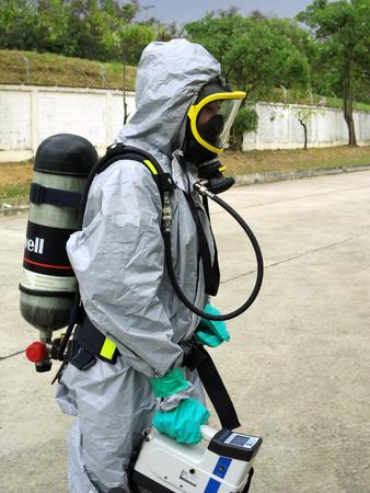 Rayong Thaïlande, 09 février 2018: Équipe d'urgence portant une combinaison de protection chimique pour le travail dans un produit chimique dangereux en usine.