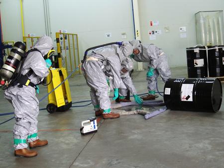 Rayong Thaïlande, 09 février 2018: Équipe d'urgence portant une combinaison de protection contre les produits chimiques pour le travail dans un produit chimique dangereux en usine. Éditoriale