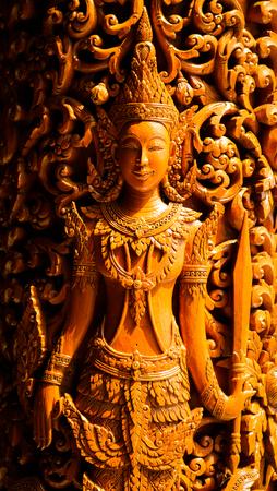 talla en madera: Talla en madera en el templo de Tailandia Foto de archivo