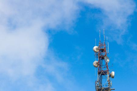 microondas: telecomunicaciones torre de antena con el cielo azul y nubes de fondo. Foto de archivo