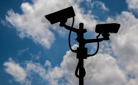 hintergrund himmel: CCTV-Kameras Silhouetten Hintergrund Himmel und Wolken.