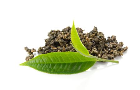 Hojas de té verde y té seco en el fondo blanco.