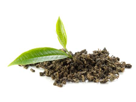 Grüner Tee und trockene Blätter Tee auf weißem Hintergrund. Standard-Bild - 45050692