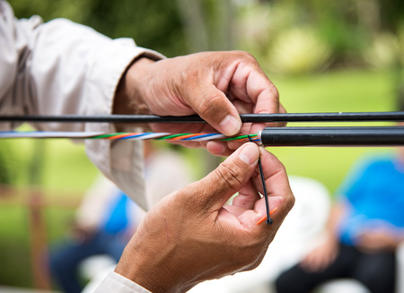 Les techniciens installent la fibre optique. Banque d'images