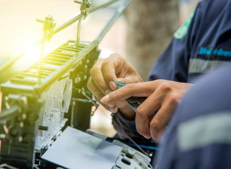 Techniker sind installieren Schrank auf faseroptische cable.Blur Bilder mit Hintergrundbeleuchtung.