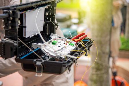 通信: Technicians are install cabinet on fiber optic cable.