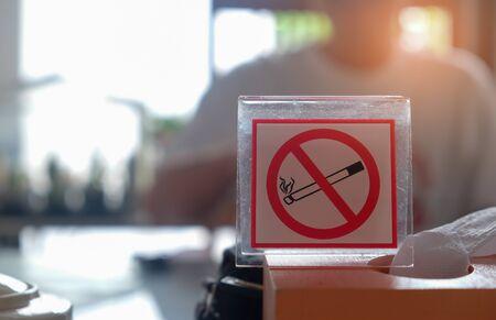 salud publica: No fumar signo con fondo borrosa. Foto de archivo
