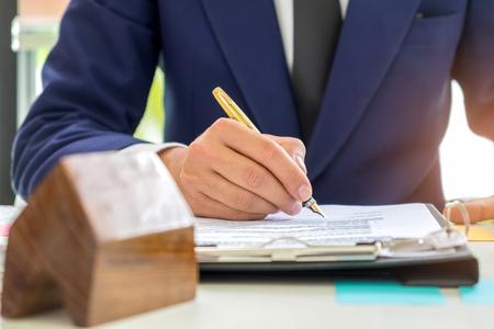Concept huis koopcontract, Zakenlieden ondertekenen een huis koopcontract, Het concept van het verkopen van een huis is het ondertekenen van een contract.