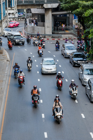 thailander: BANGKOK, THAILAND - NOVEMBER 14: Vehicles move along Thanon Silom near Lumpini Park, November 14, 2014, Bangkok, Thailand. Silom is famous about night life entertainment.
