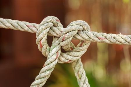 Altes Fischerboot Seil mit einem Knoten