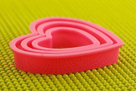 plastic heart: Rosa cuore di plastica sul tappetino antisdrucciolo