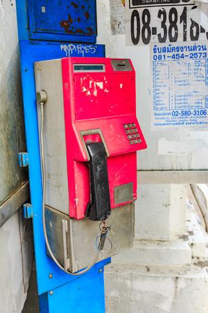 cabina telefonica: BANGKOK, Tailandia - 9 de septiembre, 2015: Tel�fono viejo en la cabina de tel�fono en Bangkok, Tailandia el 9 de septiembre de 2015. Editorial