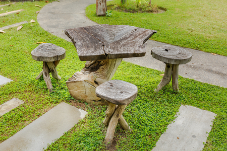 actueel: Old wooden table in topical garden Stockfoto