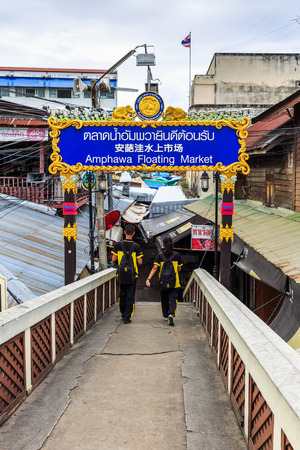 amphawa: AMPHAWA , THAILAND - SEPTEMBER 22 , 2015 : The View on bridge at Amphawa Floating Market early in the morning in Samut Songkhram, Thailand 22, 2015 Editorial