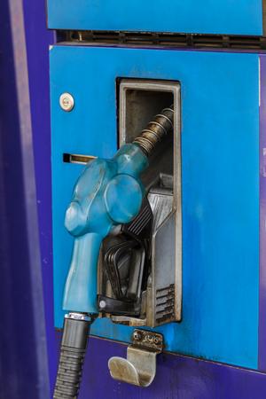 surtidor de gasolina: Mangueras azules de la bomba de gasolina en una gasolinera