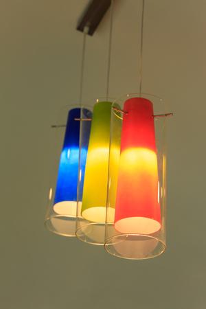 arredamento classico: Colorato di bella lampada da terra alto
