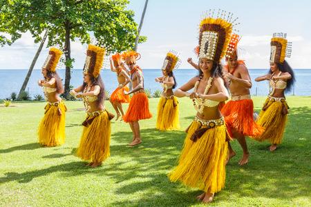 PAPEETE, POLYNÉSIE FRANÇAISE - 24 juin 2016: les femmes polynésiennes effectuer la danse traditionnelle à Tahiti Papeete, Polynésie française le 24 Juin, 2016. danses polynésiennes sont une attraction touristique majeure de resorts de luxe de la Polynésie française
