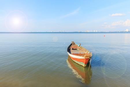 bateau de pêche vieux bois à l'ancre dans la mer avec effet flare