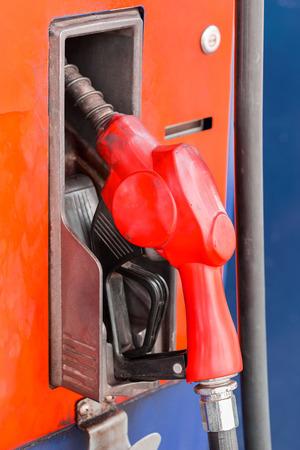 surtidor de gasolina: mangueras de color naranja de la bomba de gasolina en una gasolinera Foto de archivo