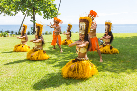 PAPEETE, POLYNÉSIE FRANÇAISE - 12 novembre 2016: les femmes polynésiennes effectuent la danse traditionnelle à Tahiti Papeete, Polynésie française le 12 Novembre, 2016. danses polynésiennes sont une attraction touristique majeure de resorts de luxe de la Polynésie française