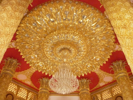 The big  gold chandelier  in thai