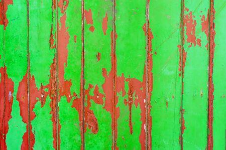 peeling paint: Peeling Paint parete in legno verde e rosso Archivio Fotografico