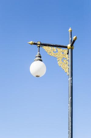lamp post: lampione con cielo blu