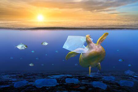 Plastik-Meeresschildkröten fressen Plastiktüten unter dem blauen Meer. Umweltschutzkonzepte und keinen Müll ins Meer werfen Standard-Bild