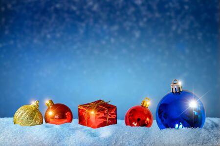 Grußhintergrund der frohen Weihnachten und des guten Rutsch ins Neue Jahr. Weihnachtslaterne auf Schnee mit Tanne