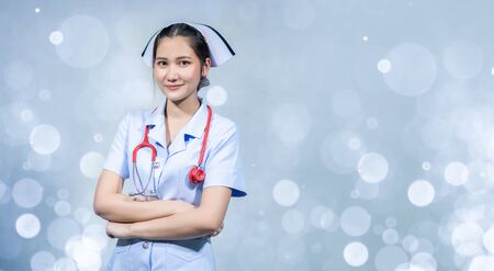 The nurse stood with his arms crossed on a white ground. 版權商用圖片 - 142969913