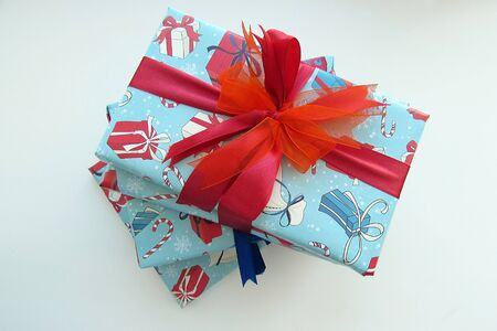 red ribbon bow: beautiful Christmas gift bow red ribbon bow