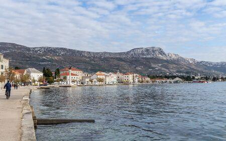 Promenade à Kastel Luksic, une des sept colonies de la ville de Kastela en Croatie. Banque d'images