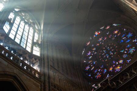Intérieur brumeux du matin majestueux de la cathédrale Saint-Guy. Angle, architecture. Prague tchèque