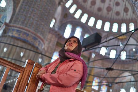 Tourist Girl Inside Blue Mosque. Sultan Ahmed Mosque, Istanbul Turkey Archivio Fotografico