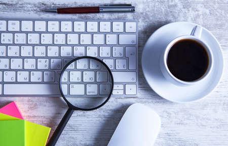coffee magnifier keyboard Banco de Imagens - 151077165