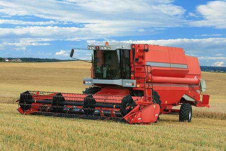 combine harvester: Red cosechadora en el campo