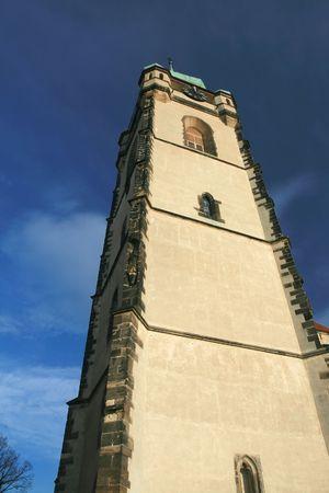 church steeple: Chiesa campanile contro il cielo blu