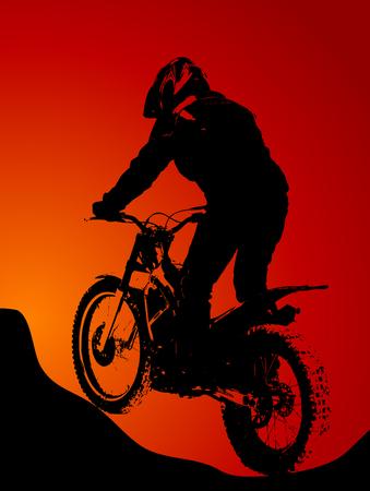 freeride: Motobiker en la silueta de la puesta del sol