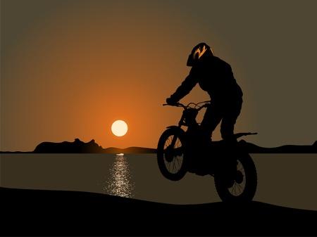 Motorrijder door de zee in de zonsondergang