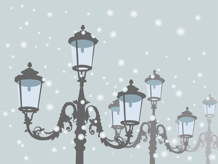 schneelandschaft: Alte antike Lampen gegen den blauen schneebedeckten Himmel