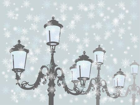 Alte antike Lampen gegen den blauen schneebedeckten Himmel