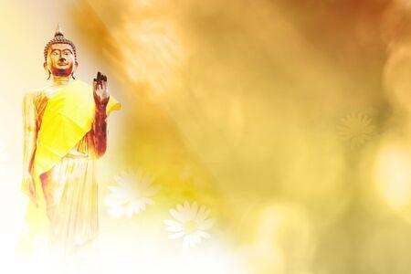 Posąg znajduje się na posadzce z grafiką, a za nią niebo. W buddyzmie jest to mentalne przywiązanie.