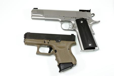 白い背景の自動拳銃。