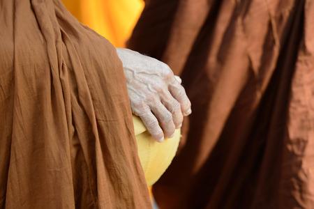 limosna: Las limosnas del monje budista bowl Foto de archivo