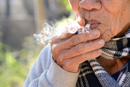 hombre viejo: El viejo h�bito de fumar
