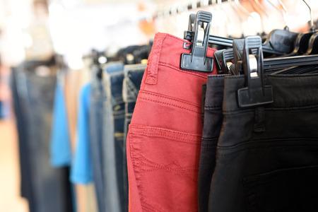 moda ropa: ropa de colores en perchas