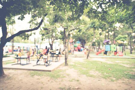 Attività parco giochi per bambini al parco pubblico, immagine sfocata per lo sfondo Archivio Fotografico - 75723366