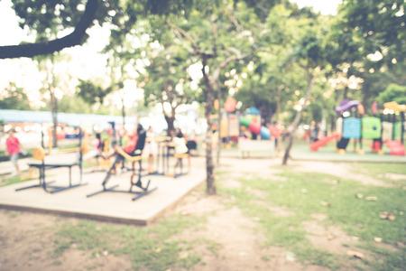 Attività parco giochi per bambini al parco pubblico, immagine sfocata per lo sfondo Archivio Fotografico - 74661869